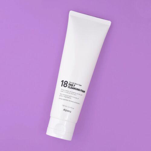 A'pieu 18 Daily Cleansing Foam 5,5-ös pH értékű finoman habzó arctisztító, ami eltávolítja a szennyeződéseket és a piszkot a bőr felszínéről anélkül, hogy sértené a bőr természetes savköpenyét vagy irritálná a bőrt.