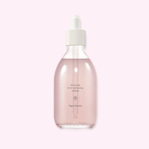 A szérum a rószavízzel és a rózsaolajjal mélyen hidratálja, erősíti és energiával tölti fel a bőrt. Amellett, hogy hidratál és javítja a ráncok láthatóságát, használatával a bőrtónus élettel telivé és feszessé válik.