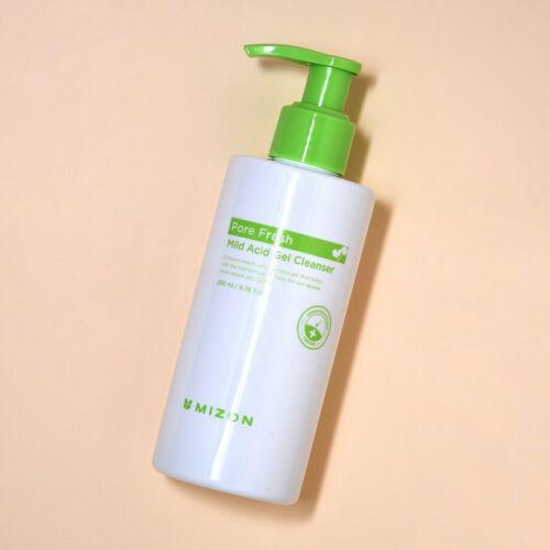 Bőrbarát pH-jú arctisztító gél, mely kíméletes formulájával eltávolítja a sminket, szennyeződéseket és a piszkot a bőr felszínéről, valamint segít távol tartani a bacikat és piszkos szennyeződéseket, melyek pattanásokhoz vezethetnek. Mellette biztonságban