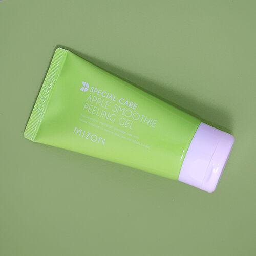 A Mizon Apple Smoothie Hámlasztó Gélje eltávolítja az elhajt bőrsejteket és a szennyeződéseket durva vegyi anyagok vagy bőrirritáló mikrogyöngyök nélkül.
